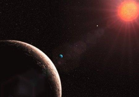 Gliese 581e (en bleu), une des exoplanètes découvertes grâce au spectrographe HARPS installé sur un télescope européen se trouvant au Chili.