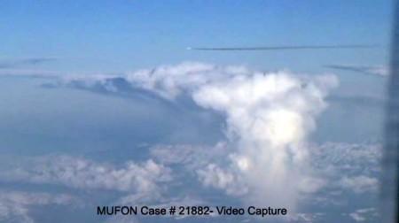Objet qui ressemble à un missile filmé depuis un avion Mufon-21882-vc