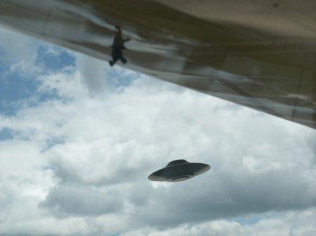 L'Armée de l'air Américaine reconnait officiellement que les soucoupes volantes existent Article-photo-ufo-under-wing