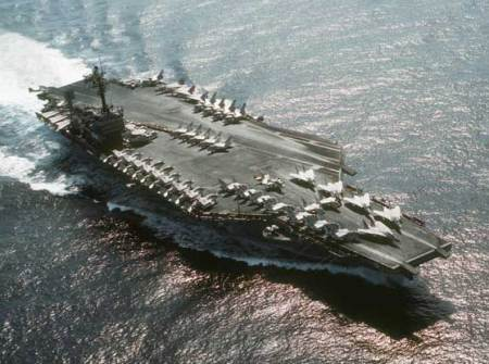 Le porte-avions USS John F. Kennedy survolé par une sphère lumineuse en 1971  Uss-kennedy