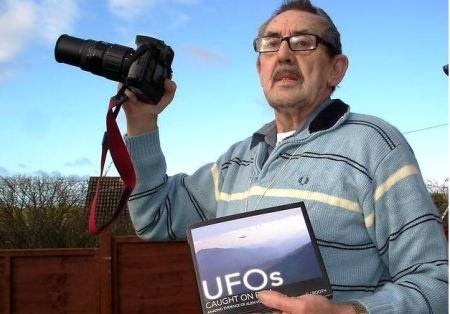 Ray Johnson croit que les extraterrestres visitent régulièrement le ciel de  Axminster. Photo de Chris CarsonSource : http://www.midweekherald.co.uk