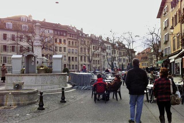 Le mystérieux objet volant (tout en haut à gauche) a été observé au-dessus de la vieille ville de Genève.