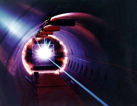 Cette image montre le « flash » énergétique produit par un projectile lancé à plus de 27.000 km/h sur une cible de l'Hypervelocity Ballistic Range de l'Ames Research Center de la Nasa. Dans un tel impact, la pression et la température peuvent dépasser celles estimées au centre de la Terre, par exemple, supérieure à 365 GPa et plus de 6.000 K. © Nasa
