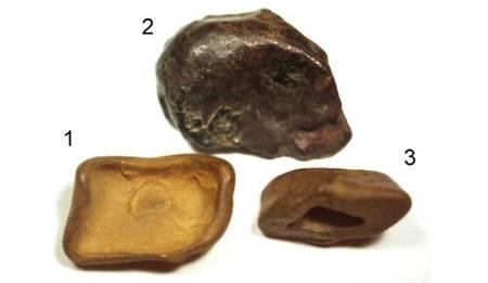 Ces trois pierres trouvées sur le site de l'événement de la Toungouska (Sibérie) auraient une origine extraterrestre. Proviennent-elles d'un corps céleste qui aurait explosé dans l'atmosphère le 30 juin 1908 ? © Andrei Zlobin