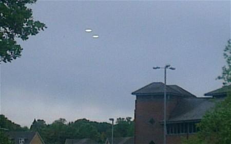 Steve Lambert a pris cette photo à Bracknell, Berks, après avoir remarqué deux disques qui flottaient dans le ciel Photo: M&Y