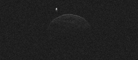 © NASA/JPL-Caltech/GSSR  L'astéroïde 1998 QE2 et sa lune qui apparaît ici telle une petite flamme.