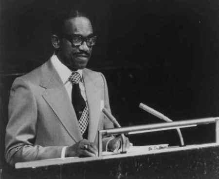 sir-eric-gairy-a-lonu-le-7-octobre-1977-gif