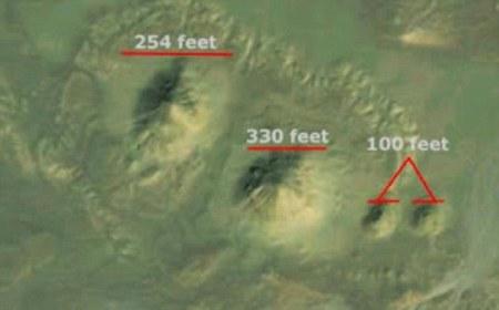 Les autres monticules plus petits.(254 pieds = 77 mètres, 330 pieds = 100 mètres et 100 pieds = 30 mètres)