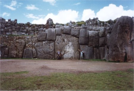 0437 - Ruines de Sacsayhuaman - Rocher de plus de 300 tonnes et nous a cote pour donner une idee