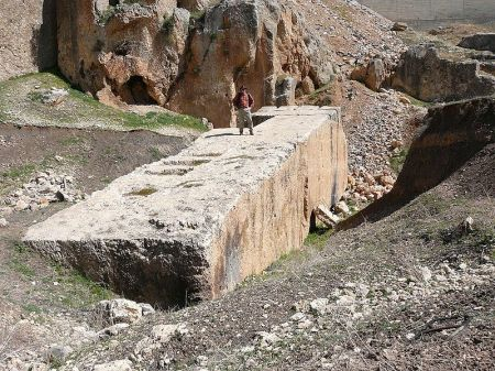 800px-Baalbek-_largest_stone