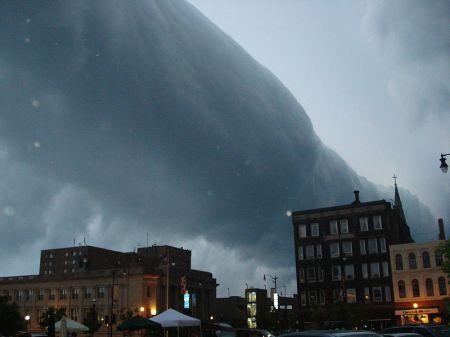 Etrange phénomène aux USA : le ciel tombe sur le Montana 800px-roll-cloud-racine