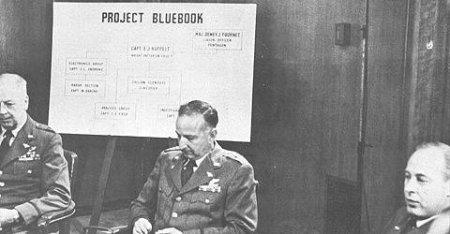 3 responsables de l'USAF présentant le projet Blue Book Crédit: http://frazier.wood.free.fr/