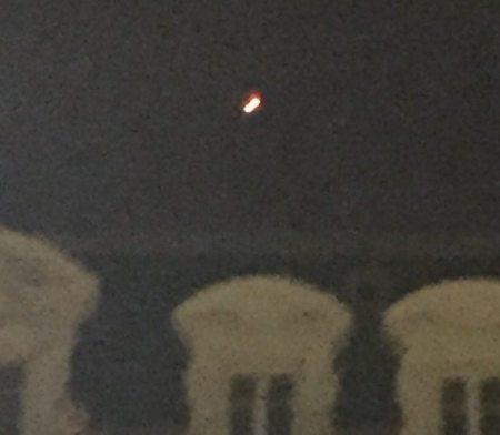 La boule lumineuse de forme ronde a été observée et photographiée au-dessus du Capitole./ Photo Repro DDM, Christelle Dos Santos crédit: http://www.ladepeche.fr/