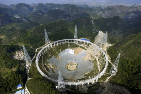 Le FAST (Five-hundred-metre Aperture Spherical Radio Telescope) présente une ouverture sphérique d'un diamètre de 500 mètres. Image: Archives/Reuters
