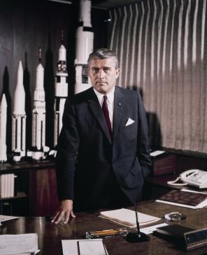 Le directeur du Marshall Space Flight Center, Dr WERNHER VON BRAUN, dans son bureau avec des maquettes de fusées en arrière plan. 18/5/64
